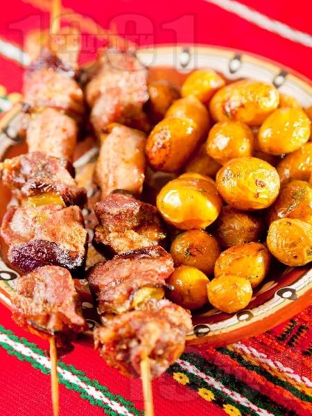 Печени свински шишчета с чушки на фурна, поднесени с гарнитура от пресни картофки соте - снимка на рецептата